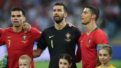 Indosport - Cristiano Ronaldo dan Timnas Portugal saat lagu kebangsaan di laga Piala Dunia 2018 melawan Spanyol.