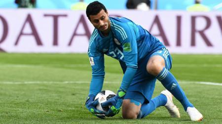Mohamed El-Shenawy dalam laga Mesir vs Uruguay di Piala Dunia 2018. - INDOSPORT