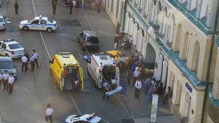 Kerumunan orang yang melihat lokasi tabrakan taksi di Rusia sebelum laga Piala Dunia 2018 antara Jerman vs Meksiko dimulai. - INDOSPORT