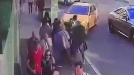 Momen dua orang suporter Meksiko dan pejalan kaki lain tertabrak taksi. - INDOSPORT
