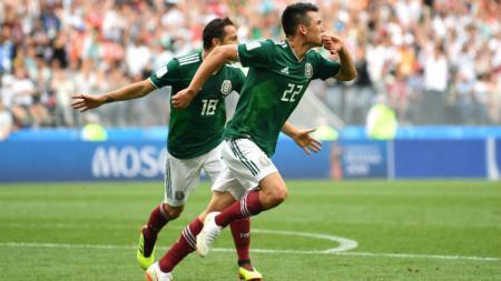Bekas incaran AC Milan, Hirving Lozano (kanan), selangkah lagi membela Napoli. - INDOSPORT