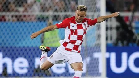 Ivan Rakitic memutuskan pensiun dari timnas Kroasia, Senin (21/09/20). Luka Modric pun memberikan pesan menyentuh kepada eks rekannya tersebut. - INDOSPORT