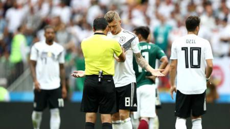 Toni Kroos tampak melakukan protes kepada wasit atas salah satu keputusan di laga Jerman vs Meksiko. - INDOSPORT