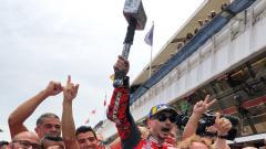 Indosport - Selebrasi Jorge Lorenzo sambil membawa palu.