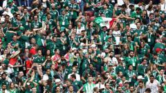 Indosport - Fans Meksiko saat rayakan gol negaranya ke gawang Jerman, Minggu (17/06/18).