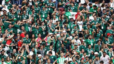 Fans Meksiko saat rayakan gol negaranya ke gawang Jerman, Minggu (17/06/18). - INDOSPORT