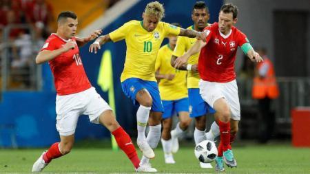 Neymar ketika berhadapan dengan Granit Xhaka dan Stephan Lichtsteiner di Piala Dunia 2018. - INDOSPORT