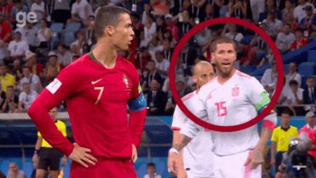 Sergio Ramos mencoba membantu De Gea untuk intimidasi dan menebak arah bola tendangan Cristiano Ronaldo.