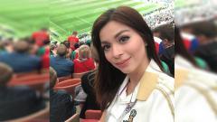 Indosport - Keseruan Sandra Olga nonton langsung pembukaan Piala Dunia 2018 di Stadion Luzhniki, Rusia