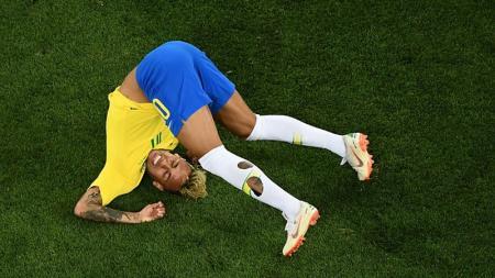 Neymar terjatuh di laga melawan Swiss dalam kejuaraan Piala Dunia 2018.