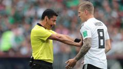 Indosport - Alireza Faghani saat mendorong Toni Kroos untuk menjauh darinya.