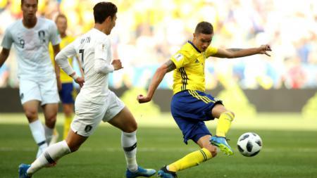 Sebastian Larsson dan Son Heung-Min di laga Piala Dunia 2018. - INDOSPORT