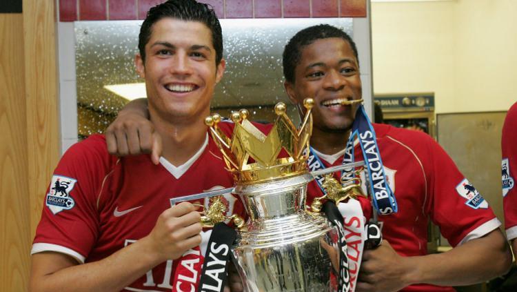Cristiano Ronaldo dan Patrice Evra merayakan trofi Liga Primer Inggris musim 2006/07 di ruang ganti di Old Trafford. Copyright: metro.co.uk