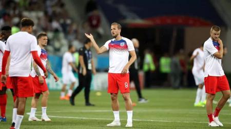 Pemain Timnas Inggris berusaha menghindari serangan nyamuk saat pemanasan sebelum laga lawan Tunisia di Piala Dunia 2018. - INDOSPORT