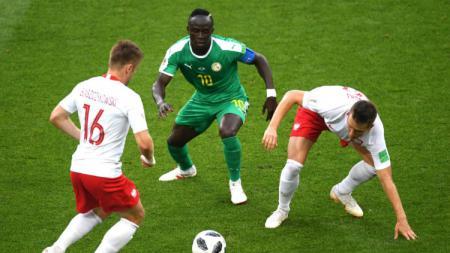 Sadio Mane berusaha melepaskan diri dari penjagaan para pemain Polandia, di laga Grup H Piala Dunia 2018. - INDOSPORT
