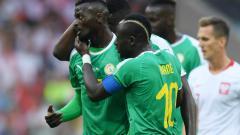 Indosport - Idrissa Gueye dan Sadio Mane merayakan gol bunuh diri Polandia dalam Grup H Piala Dunia 2018.
