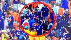 Indosport - Suporter Jepang memungut sampah usai laga Kolombia vs Jepang, laga Grup F Piala Dunia 2018.