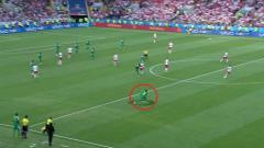 Indosport - Mbaye Niang saat baru masuk usai mendapat perawatan singkat di pinggir lapangan.