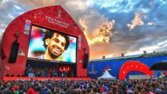 Indosport - Suasana nonton bareng Piala Dunia 2018 antara Rusia vs Mesir di luar stadion Saint Petersburg.