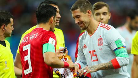 Kedua kapten saling bersalaman sebelum kick off. - INDOSPORT