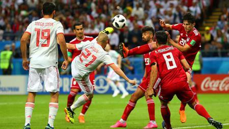 David Silva saat melakukan tendangan voli ke gawang Iran. - INDOSPORT