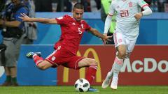 Indosport - Milad Mohammadi saat ingin menendang bola.