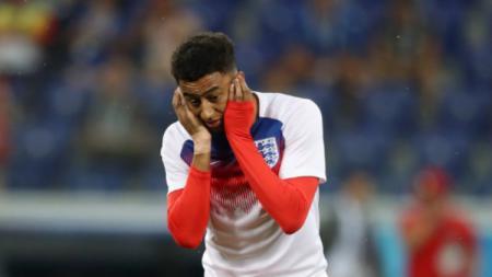 Jesse Lingard mendapatkan gangguan dari serangga saat melawan Tunisia di Piala Dunia 2018. - INDOSPORT