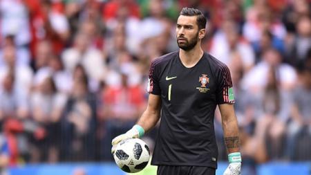 Kiper Portugal, Rui Patricio berhasil mengamankan bola dari serangan pemain Maroko. - INDOSPORT