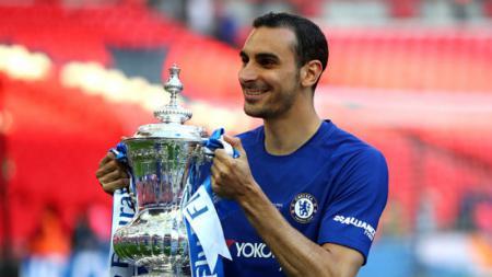 Pemain sayap Chelsea, Davide Zappacosta bersama trofi Piala FA 2017/18. - INDOSPORT