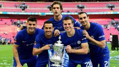 Indosport - Para penggawa Chelsea bersama trofi Piala FA 2017/18.
