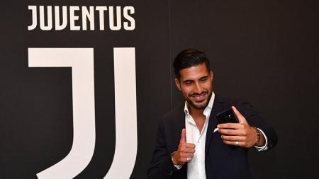 Emre Can saat berfoto dengan logo Juventus. - INDOSPORT