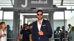 Indosport - Emre Can saat tiba di J Medical untuk tes medis.