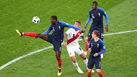 Paul Pogba saat mengontrol bola di laga Prancis vs Peru. - INDOSPORT
