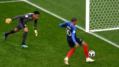 Indosport - Kylian Mbappe saat mencetak gol ke gawang Peru.