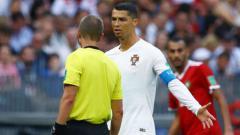 Indosport - Cristiano Ronaldo dan Mark Geiger dalam laga Portugal vs Maroko.