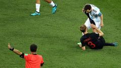 Indosport - Lionel Messi saat dilanggar pemain Kroasia.