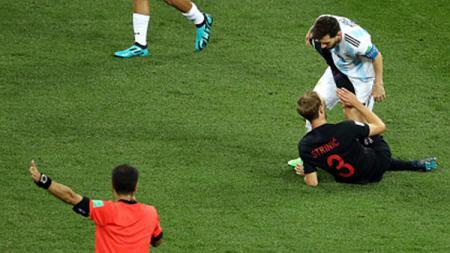 Lionel Messi saat dilanggar pemain Kroasia. - INDOSPORT