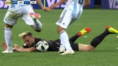 Indosport - Nicolas Otamendi menendang bola ke wajah Ivan Rakitic.