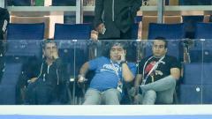 Indosport - Diego Maradona saat menyaksikan laga Argentina vs Peru di Piala Dunia 2018.