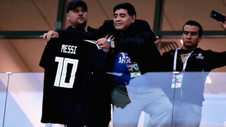 Diego Maradona memamerkan jersey Lionel Messi. - INDOSPORT