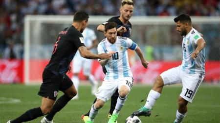 Bintang Argentina Lionel Messi saat berduel dengan pemain Kroasia di Piala Dunia 2018. - INDOSPORT