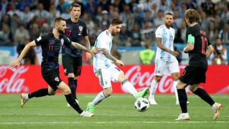 Lionel Messi berusaha melewati pemain lawan di Piala Dunia 2018 - INDOSPORT
