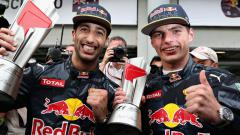 Indosport - Max Verstappen (kanan) mengingat kembali masa-masanya masih menjadi partner Daniel Ricciardo di Red Bull Racing.