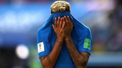 Indosport - Neymar tampak kecewa pasca penalti untuk Brasil dibatalkan di ajang Piala Dunia 2018.