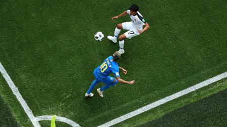 Neymar saat kelabui pemain Kosta Rika. - INDOSPORT