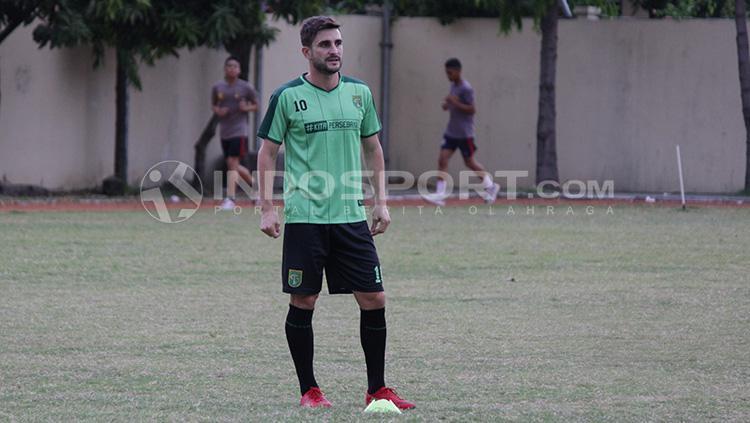 Robertino Pugliara saat melakukan sesi latihan bersama Persebaya. Copyright: INDOSPORT/Fitra Herdian
