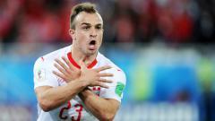 Indosport - Xherdan Shaqiri selebrasi usai cetak gol di laga Serbia vs Swiss di Piala Dunia 2018.