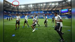 Indosport - Timnas Meksiko saat sedang latihan (insert: kondisi cuaca cerah di sekitar Stadion Rostov).