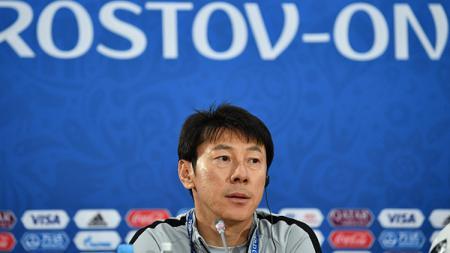 Shin Tae-yong dikabarkan selangkah lagi akan menukangi klub China, Shenzhen FC, usai tak kunjung dipastikan menangani Timnas Indonesia. - INDOSPORT