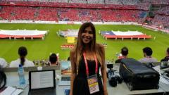 Indosport - Julieth Gonzalez Theran, reporter yang diganggu saat liputan Piala Dunia 2018.
